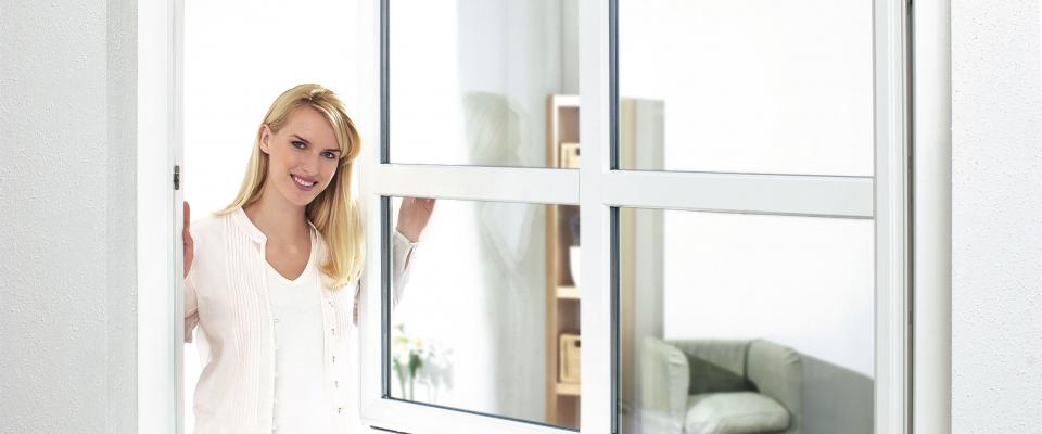 rehau_kobieta_otwiera_okno